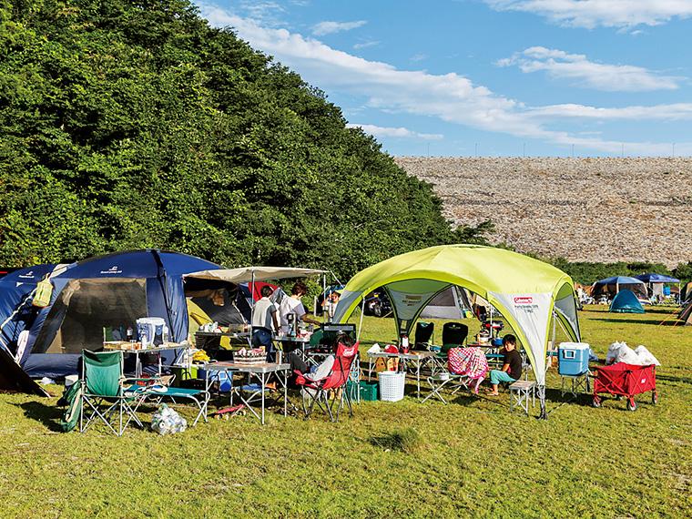 ダム提体下に広がる巨大な広瀬公園では、無料のキャンプ場が大人気。予約は「茂庭生活歴史館」へ(電話/024-571-7702・受付/9:00〜17:00)。近くに手頃な料金の温泉施設「もにわの湯」もある