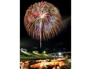 広瀬川に映る花火と、とうろう流しが美しい