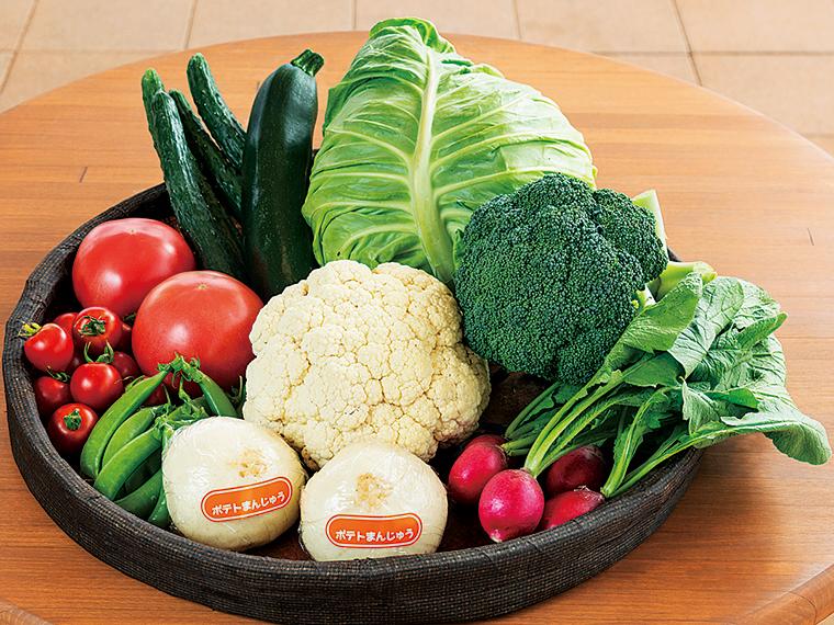 四季折々の野菜がリーズナブルに手に入る。季節や天候などにより料金は変動するが、写真の野菜は100円から130円ほど。男爵いもを使用した「ポテトまんじゅう」(160円)もおすすめだ