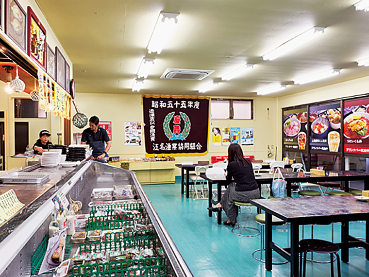 魚屋の中に食堂がある造り。自家製の干物のほか、塩辛やウニの貝焼きなどもお土産におすすめ。地元の人々の台所としても愛されている
