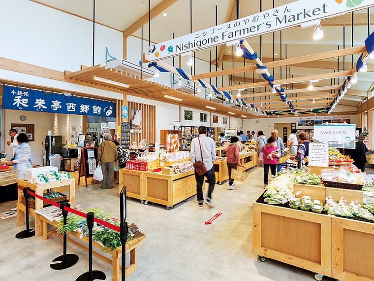 福島県内産の木材や、落ち着いた雰囲気を醸し出す白河石など、各所に自然のものを配した施設の造りにも注目したい。広々とした店内には農産物や加工品のほか、土産用の菓子や地酒、民芸品なども取り揃える