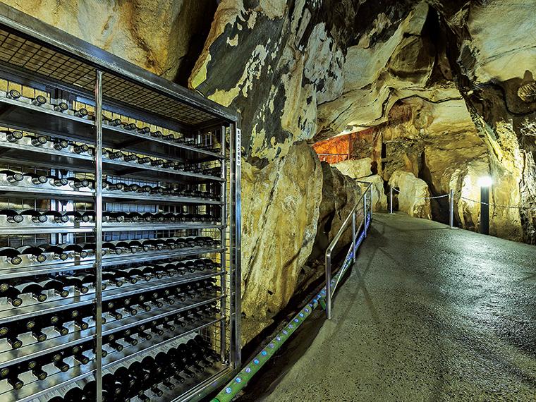 「貯蔵ワイン」は洞内に設置されたワインセラーで半年から1年の間貯蔵され、やわらかな味わいになる