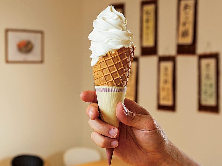 「高原の郷ソフトクリーム」(390円・小300円)。特産の高原牛乳をたっぷり使い、牛乳本来の味わいと、なめらかな舌触りが楽しめる。暑い夏には特に人気のメニューだ