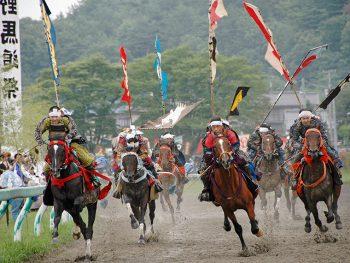 勇猛果敢な「甲冑競馬」と「御神旗争奪戦」を観に行こう
