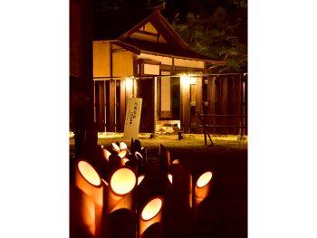 竹とうろうが灯る夜の民家園で夕涼み。そばの出店も