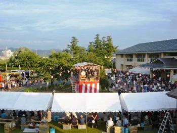 盆踊りや、やきそばなどの屋台が楽しめる夏祭りへ行こう!