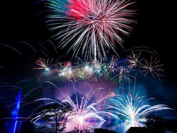 那須「りんどう湖」の湖上に約3,000発の花火が連日打ち上がる!