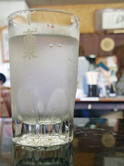 汗をかいた高清水のグラス越しに注文を待ちます