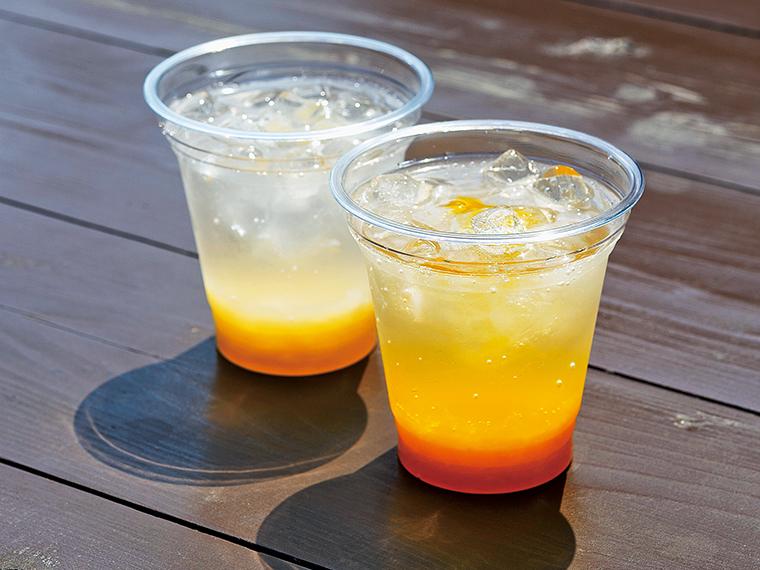 見た目にも涼やかな果肉入りソーダ(各300円)。桃かオレンジを選べる
