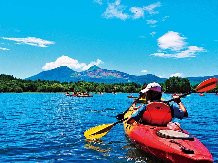 磐梯山を湖上から見上げるカヌーツアーや湖畔で楽しむ水上アトラクションにファミリーも満足の夏の一日