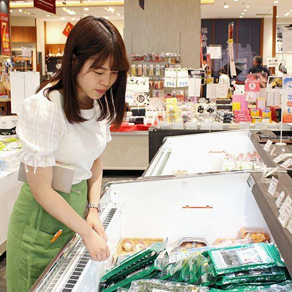 冷蔵コーナーもチェック。海産物や冷たい菓子などがあります