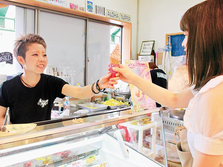 店長・高綱さんおすすめの組み合わせのフルーツソフトクリームをいただきます!