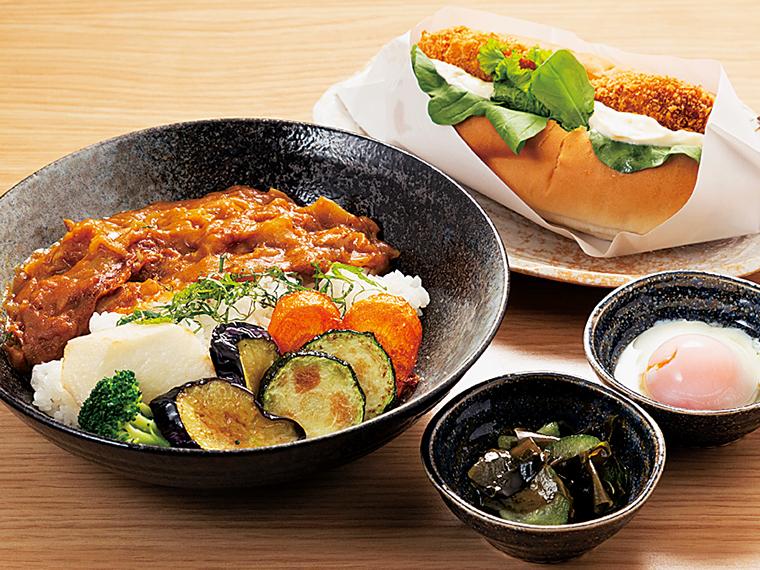 「和来亭西郷館」で人気の「和来カレー」(800円)。旬野菜の素揚げと、温玉が付く。7種の地場野菜を使用したコロッケが挟まれた「にしごういいねドッグ」(400円、スープ付き)と一緒にぜひ