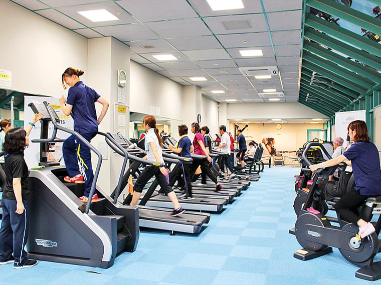 「クライム」などの最新マシーン導入で、リニューアルオープンしたトレーニング室