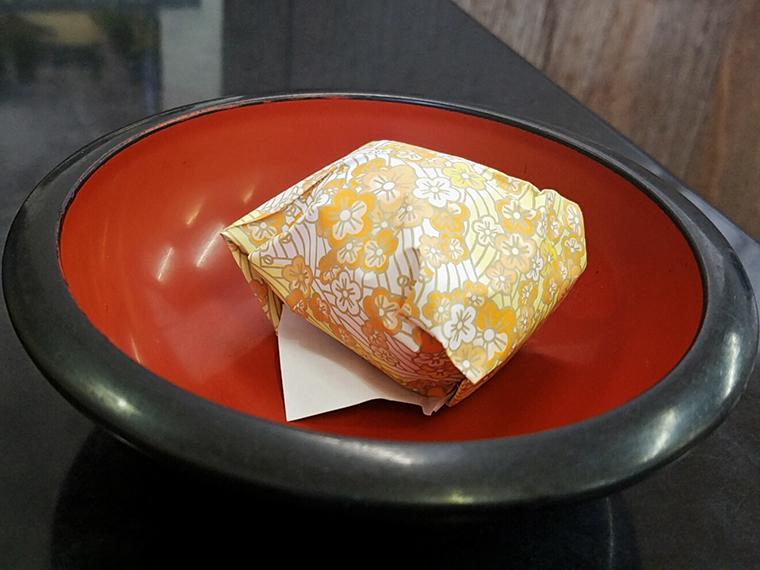 「温泉たまご」(100円)。丁寧な包装に、温泉だけではなく愛情でも温められていると確信