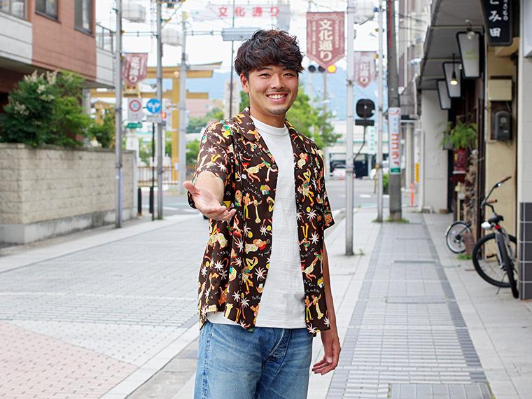 アロハシャツ「SUN SURF」(11,664円)、Tシャツ(5,940円)、パンツ(25,920円)以上「WARE HOUSE」 #彼氏とデートなうに使っていいよ