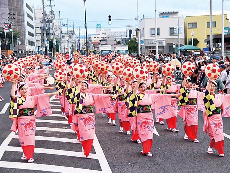 約14,000人の踊り手が、花笠を持って街を彩る
