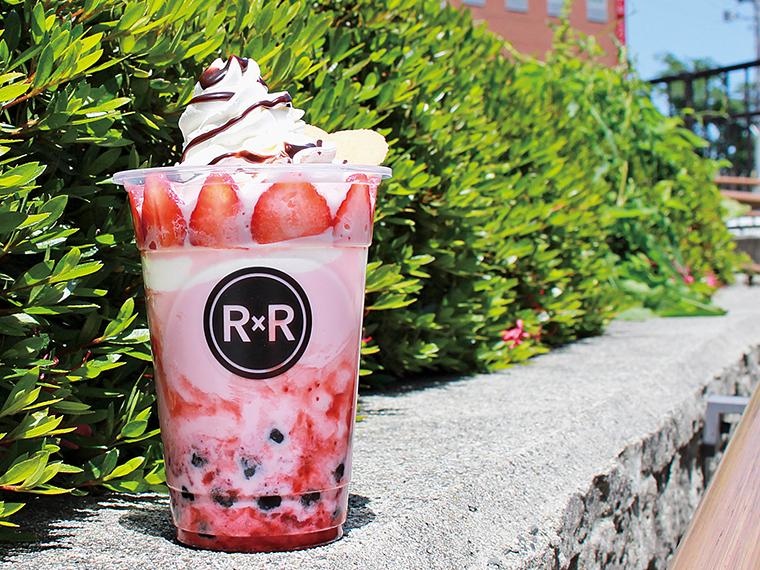 「ストロベリーミルク(PETIT)」(430円+チョコレートシロップクッキークリーム200円+フレッシュストロベリー100円)。たっぷりのクリームと生イチゴをトッピング。生タピオカの食感も魅力!
