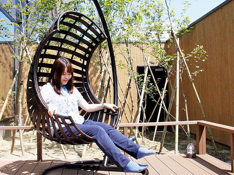 約2,500冊の漫画が揃う休憩スペースの他、外には休憩用に椅子が設置してあるなど充実した設備になっている