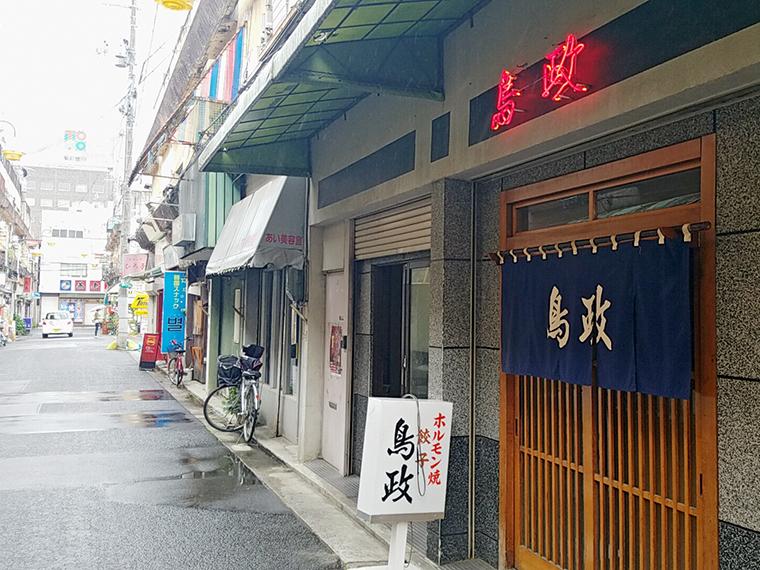 歴史ある小路の風景。福島人なら目を閉じたままでも「鳥政」の看板にたどり着けるはず