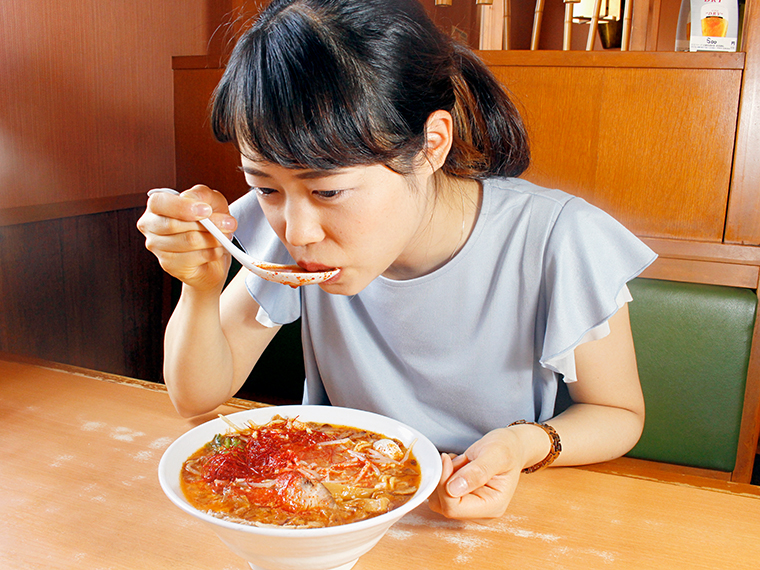 とりあえず、スープをすすってみる…