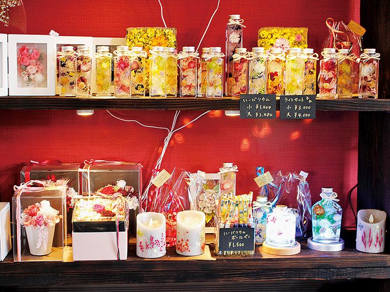隣接する「花遊民」の店長がアレンジしたハーバリウムやプリザーブドフラワーの販売もあり。花屋では、生花も取り扱っている