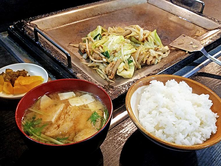 鉄板から戴くホルモン炒め定食は雰囲気満点(680円)。味噌汁の美味い店にハズレなしの法則
