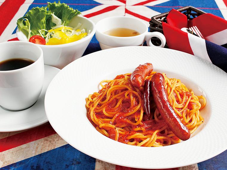 「日替わりランチ」(1,000円)。サラダ、スープ、コーヒー付き。大きめソーセージが2本のったピリ辛アラビアータ