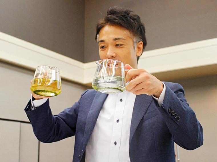 緑茶の茶葉に、水道水(右)と『銀座に志かわ』の仕込み水(左)をそれぞれ注ぐと……仕込み水の方は、すぐに緑茶の成分が抽出されました。会場は「おぉー!」の声も!