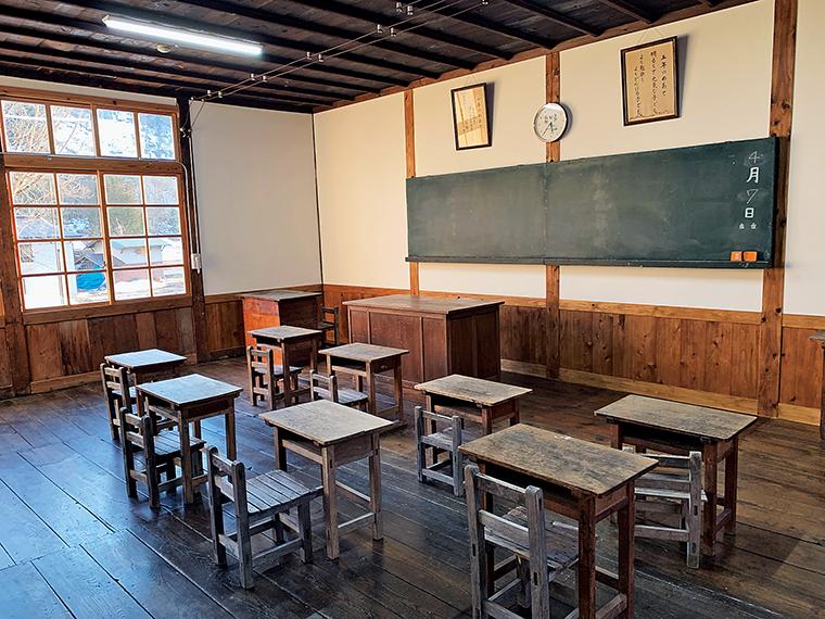 昭和レトロな雰囲気が残る教室。味わいのあるガラス窓から、のどかな原風景を眺めることができる