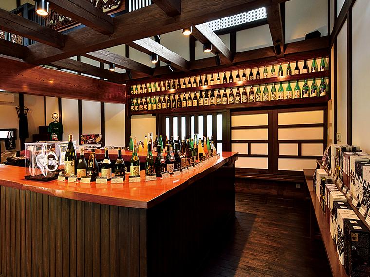 蔵に隣接する「雲嶺庵」では広大な日本庭園を眺めながら商品の試飲ができるとあって多くの観光客で賑わう