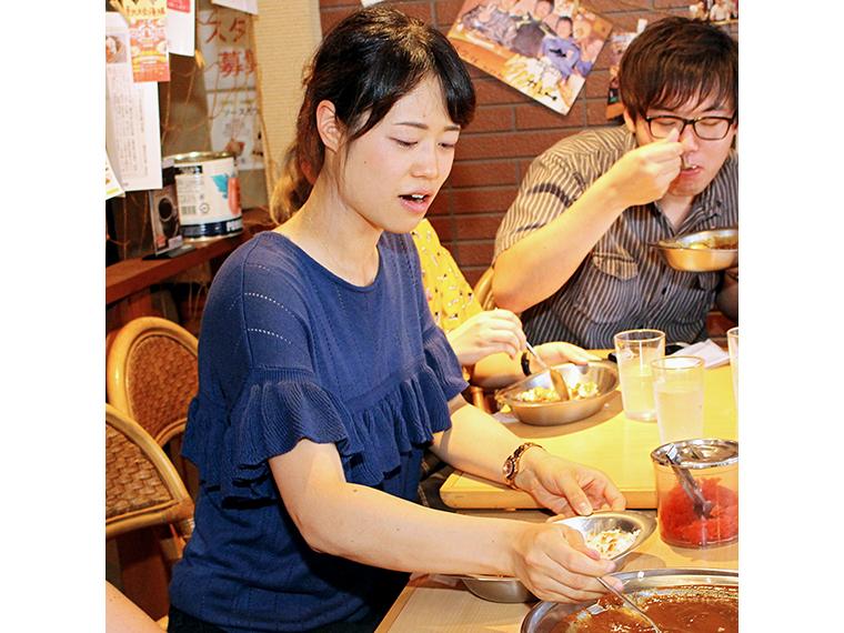 手を止めずに食べ続けるよっしー。無限胃袋なのかな?