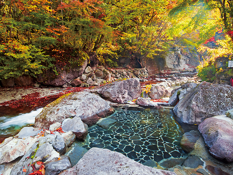 男性用の渓流露天風呂。風景を愛でながら楽しみたい