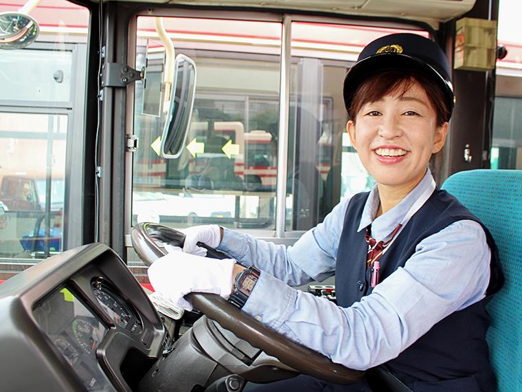 「不安でしたが、会社の方の応援のおかげで免許を取得できました」と女性運転士の鈴木さん