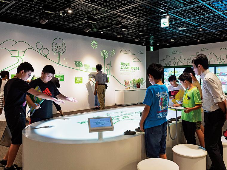 「環境創造ラボ」では、タッチパネルモニターや天井からの映像など、最新の展示方法が使用されている。興味をそそられ、大人も子どもも自発的に学ぶ姿が見受けられた