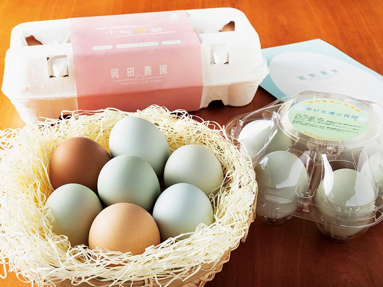 「幸せを運ぶ青卵」6個入り540円(写真右)、「小町春卵」10個入り432円(写真奥)、一つひとつ色や大きさが違うのは自然卵ならでは