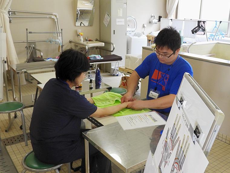 てのひらをアロマオイルでマッサージしてくれる「手浴」は毎年人気が高い