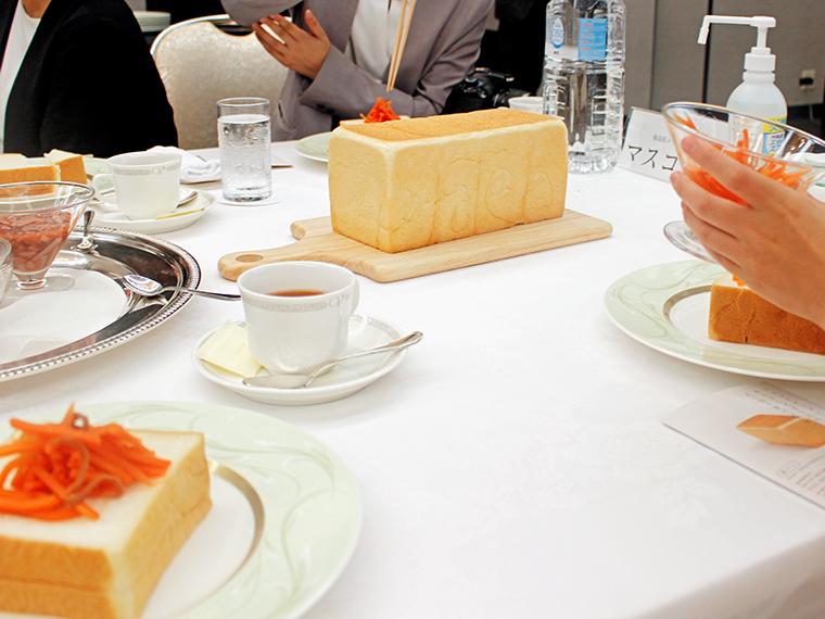 そして、後を追うように同テーブルの皆さんの高級食パンの上にもイカニンジンが……