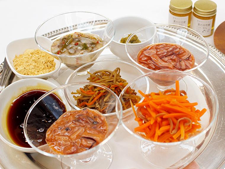 センターのきんぴらごぼうは、お惣菜パンの具としてもお馴染みですが…イカの塩辛、たこわさび、そしてイカニンジン……(ごくり)