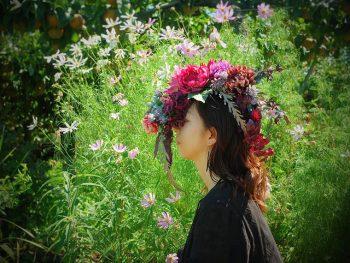 色とりどりの花小物が並ぶ作品展
