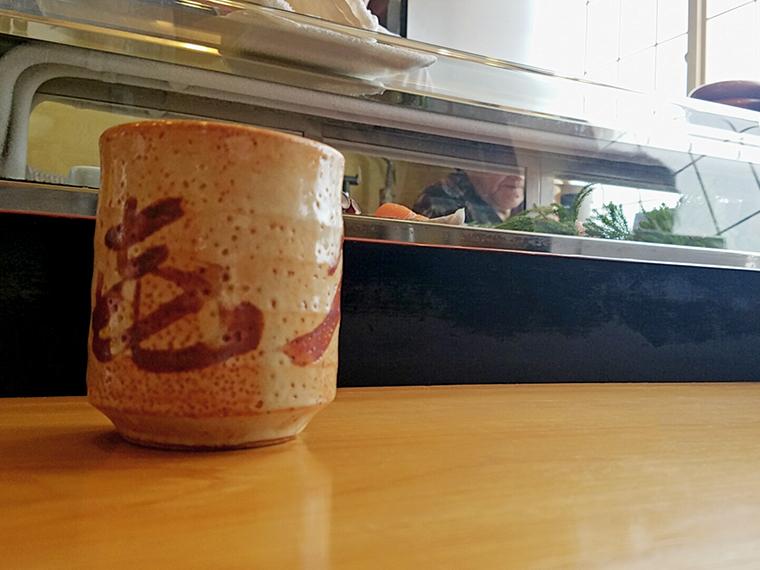 一枚板のカウンターに映える湯呑みはお寿司屋さんならでは