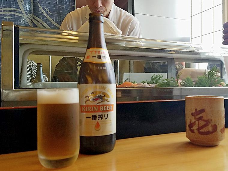 カウンターには瓶ビールがよく似合います