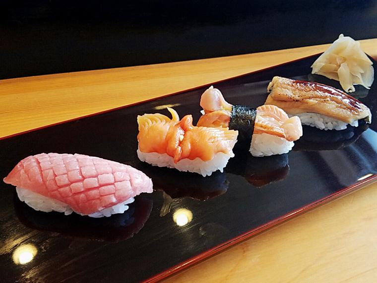 眩いほどの中トロ(770円)、赤貝(660円)、赤貝のヒモ、煮穴子(440円)
