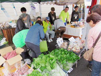 掘り出し物に出合えるかも!雑貨や手作り野菜を販売