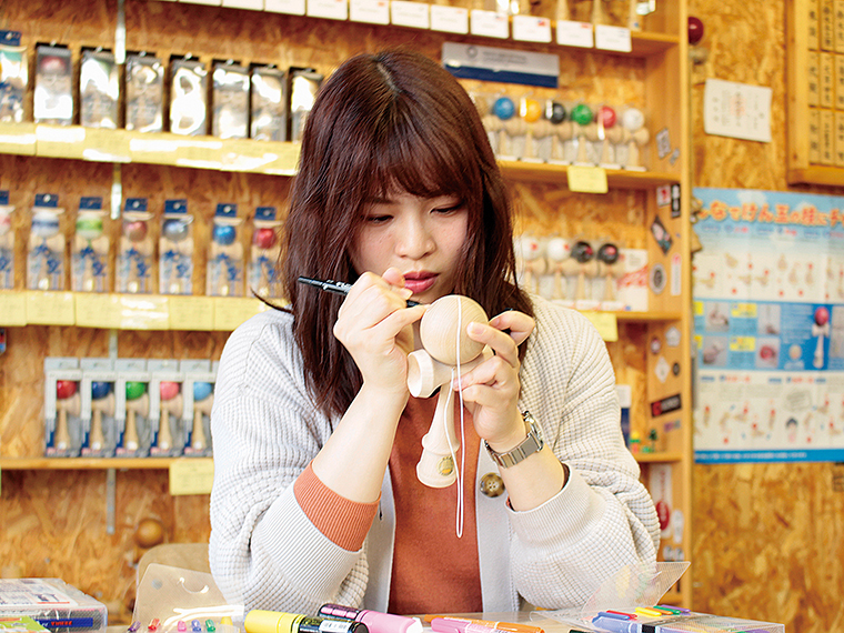 長井市産の競技用けん玉「大空」にペインティング。自由に色付けし、世界に一つだけのオリジナルけん玉を作ろう!