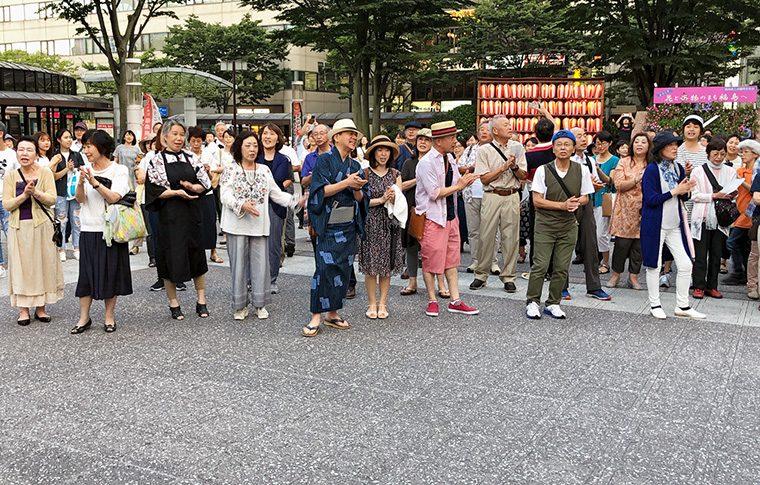 2019年7月にも開催。多くの人で、駅前に美しい古関メロディーを響かせた