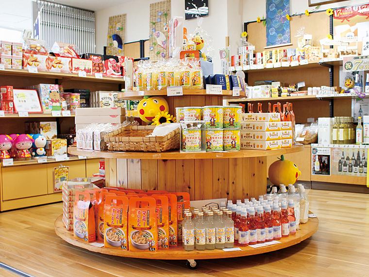 売店には、楢葉名物を含むお土産が豊富に揃う。楢葉町のゆるキャラ・ゆず太郎のお土産もおすすめ