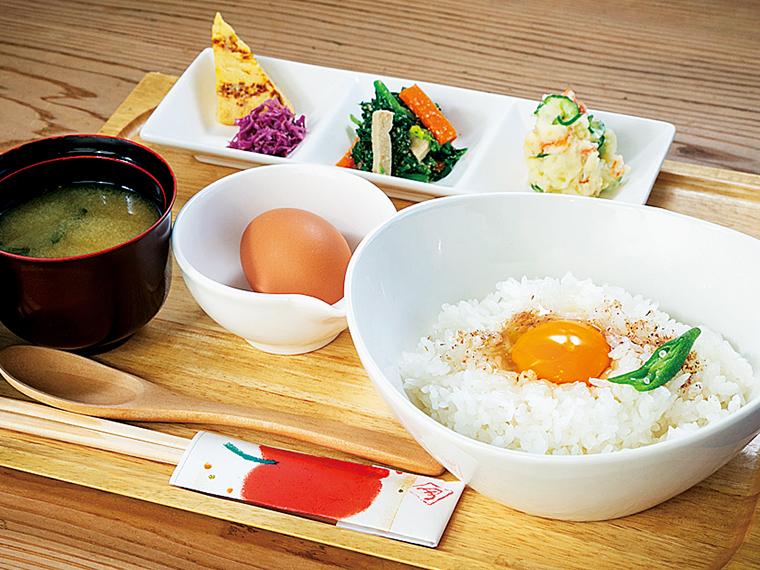 農産物直売所併設の『直売カフェこころや』では卵かけご飯ランチを味わえる(605円~)