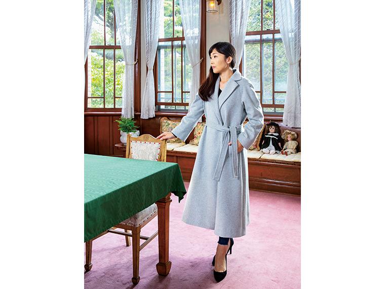 Aラインコートは、スタイルを良く見せ、シックで知的な雰囲気に