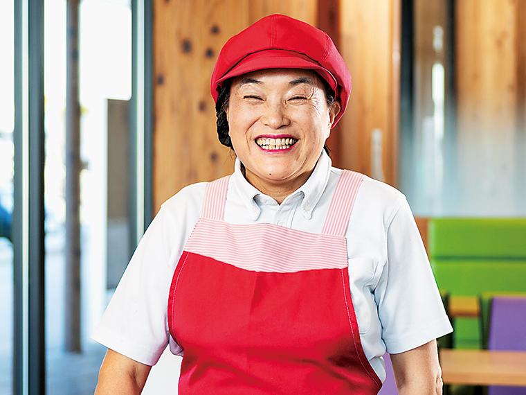 「メインダイニングⅠ」調理スタッフの阿部末子さん。自身も猪苗代で農業に携わり、料理を通して地物のおいしさを伝える